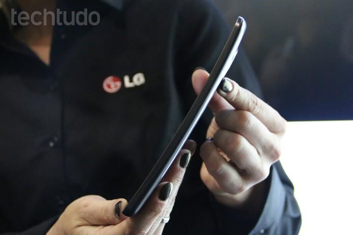 LG G Flex visto de lado: curvatura acentuada (Foto: Fabricio Vitorino/TechTudo)