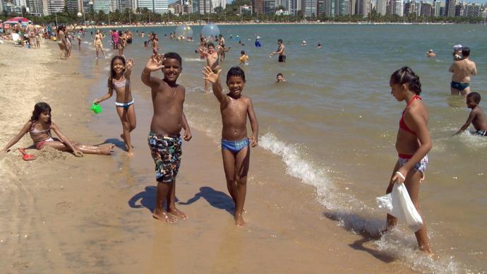 Movimento e diversão na praia da Curva da Jurema (Foto: Divulação/ TV Gazeta ES)