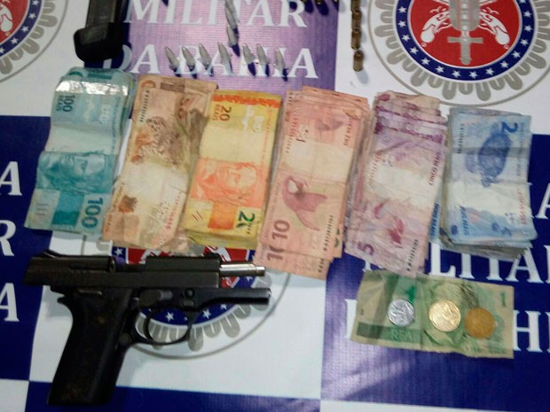 Suspeito foi flagrado com arma, munição e drogas em Salvador (Foto: Divulgação/Polícia Militar)