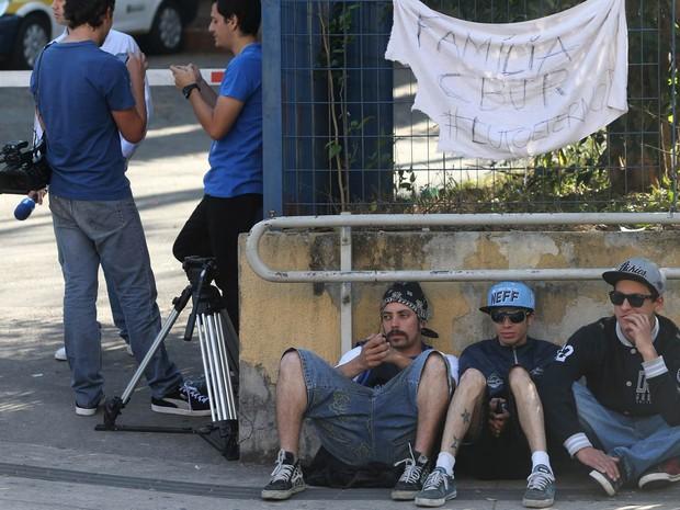 Movimentação de fãs em frente ao IML, para onde foi levado o corpo de Champignon, após ser encontrado morto com um tiro na cabeça, em São Paulo. Na faixa, a mensagem: 'Família CBJR # lutoeterno' (Foto: Nilton Fukuda/Estadão Conteúdo)