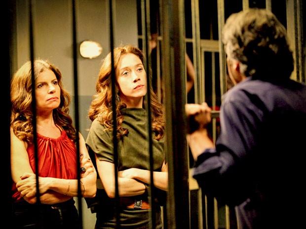 Atrás das grades, Cadinho ainda tem que enfrentar as duas mulheres (Foto: Avenida Brasil/TV Globo)