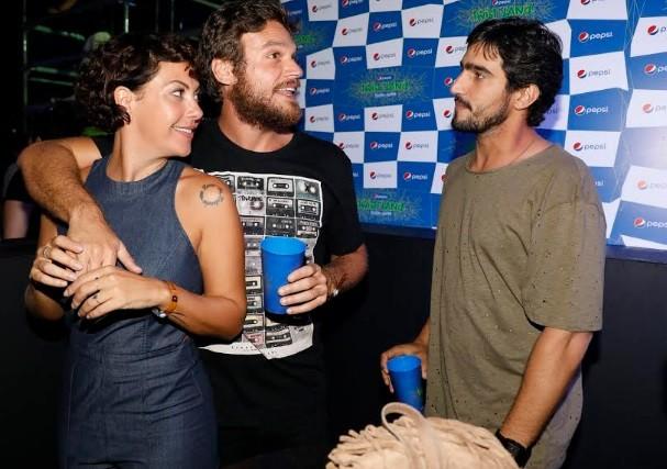 Fabíula Nascimento com o namorado, Emílio Dantas, e o ator Ricardo Góes num intervalo dos shows (Foto: Felipe Panfili)