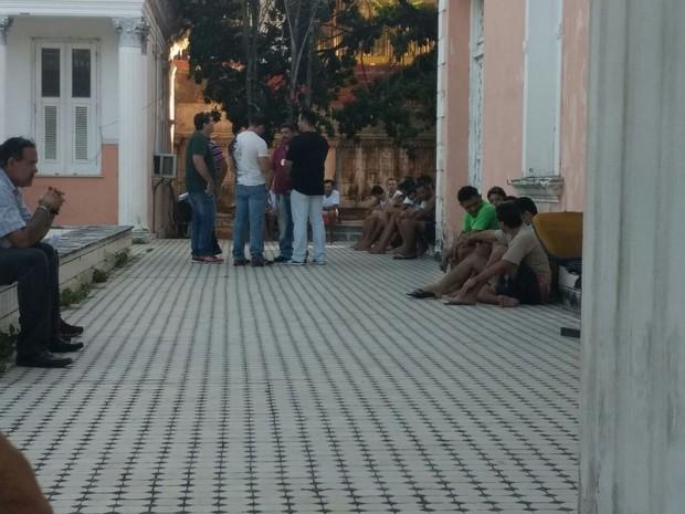Presos são levados da Delegacia de Capturas para o Centro de Triagem, na Grande Fortaleza (Foto: Valdir Almeida/G1)