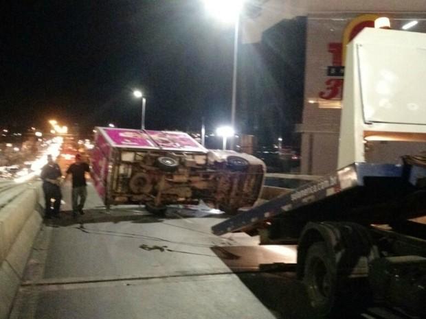 Caminhão-baú tombou e bloqueou pista de avenida em Cuiabá (Foto: Kléber Leitão/Arquivo Pessoal)