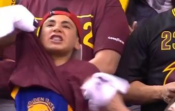 Torcedor provoca e mostra camisa dos Warriors no meio da torcida dos Cavs