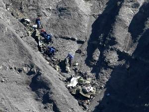 Equipe de resgate segue em busca de destroços e restos mortais nos Alpes Franceses, três dias após a queda do avião da Germanwings que deixou 150 mortos (Foto: Gonzalo Fuentes/Reuters)