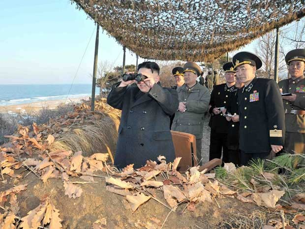Líder norte-coreano Kim Jong-un supervisiona exercício militar de suas tropas. (Foto: KCNA / Via Reuters)