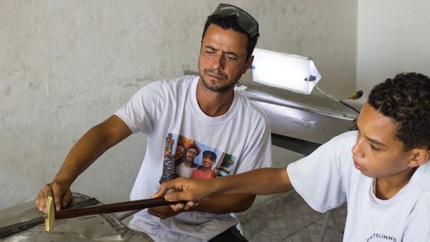 Geison é lanterneiro e ensina a técnica gratuitamente a jovens (Moisés Silva/O Tempo)