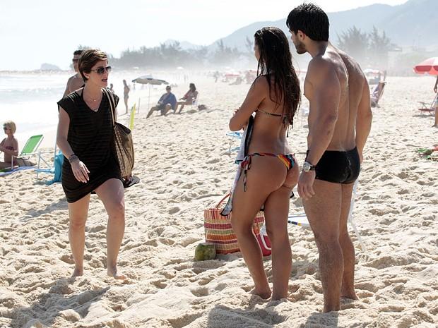 Dani Moreno aparece para contracenar com os dois (Foto: Salve Jorge / TV Globo)