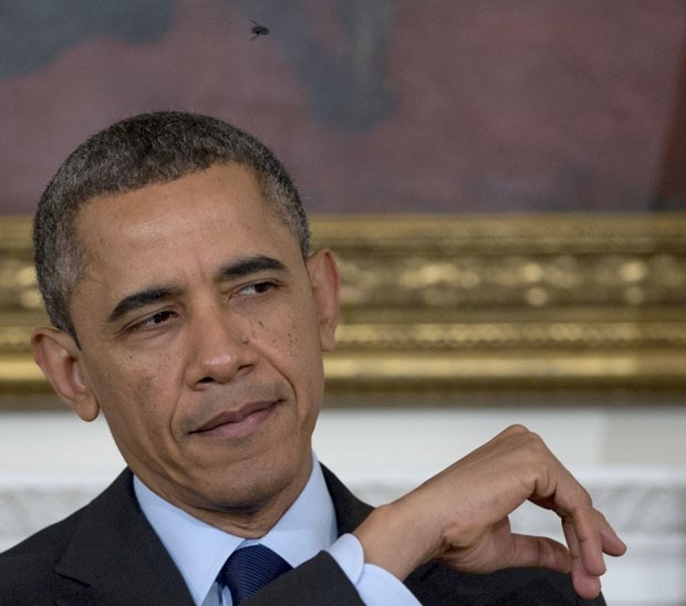 'Está me incomodando', disse Obama no meio de seu discurso (Foto: Carolyn Kaster/AP)