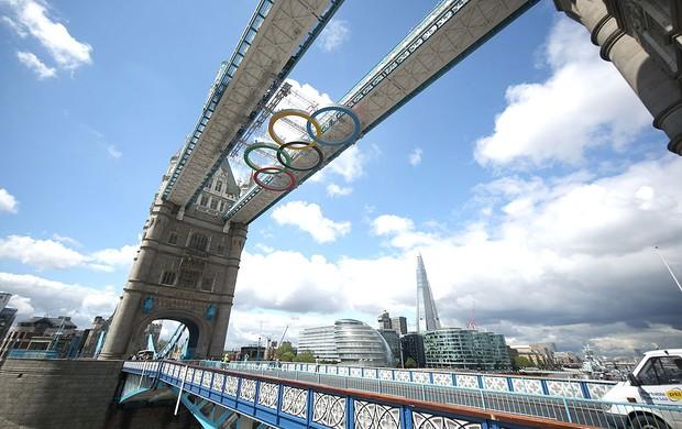 símbolo olímpico instalado na Tower Bridge Londres 2012 (Foto: Getty Images)