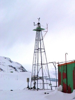 Torre meteorológica do Inpe na Antártica (Foto: Inpe/Divulgação)