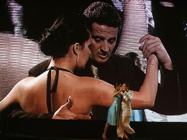 Telão mostra casais dançando no meio da competição (Foto: Enrique Marcarian/Reuters)