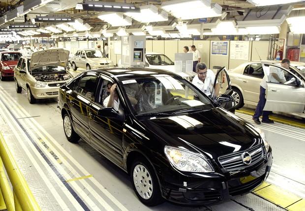 Trabalhadores da linha de montagem na fábrica da General Motors em São José dos Campos , no interior de São Paulo (Foto: Divulgação)