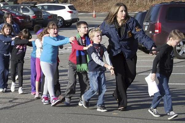 A polícia de Connecticut atendeu a um chamado sobre tiroteio na Escola de Sandy Hook, na cidade de Newtown. Crianças saem chorando do local (Foto: AP)