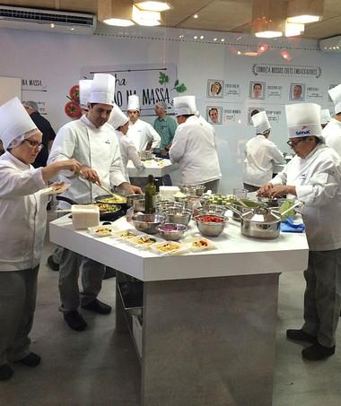 Cozinheiros do Senac a todo vapor no espaço onde são ministradas as oficinas práticas Cozinha mão na massa (Foto: Patricia Oyama/Editora Globo)