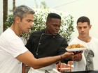 Em shopping, Otaviano Costa e Zé Loreto cozinham yakisoba para o público