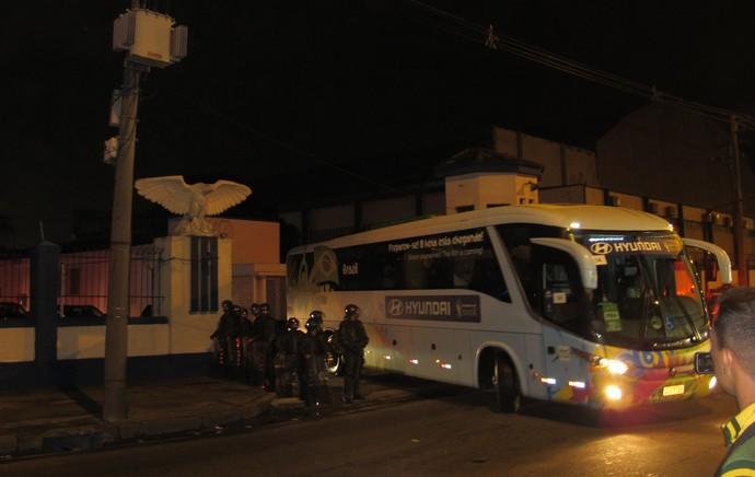 ônibus saída aeroporto Galeão (Foto: Patrícia Esteves)