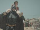 Batman 'salva' dia de garoto refugiado em campanha da War Child