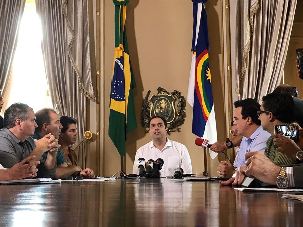 Governador Paulo Câmara reuniu secretários para discutir ações emergenciais (Foto: Thays Estarque/G1)