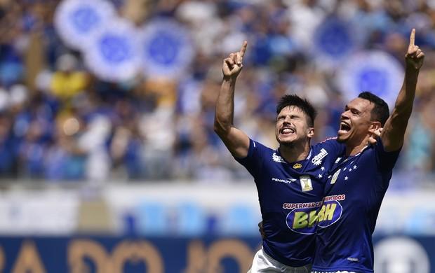 Willian comemora gol do Cruzeiro, com Ceará, contra o Figueirense