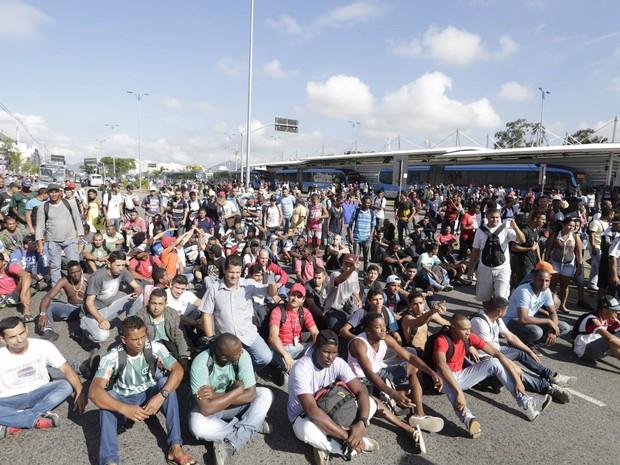 Protesto interdita Avenida das Américas e paralisa circulação do BRT, na altura da Avenida Salvador Allende, na Zona Oeste do Rio. Usuários reclamam da falta de uma linha de ônibus que fazia o trajeto Recreio-Jacarepaguá (Foto: Márcia Foletto/Agência O Globo)