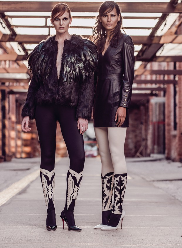 Da esquerda para a direita, casaco Cavalera (R$ 1.439) e vestido Lilly Sarti (R$ 3.926) combinados a leggings da coleção pre-fall da Chanel e escarpins Christian Louboutin (a partir de R$ 2.190) (Foto: Tavinho Costa)