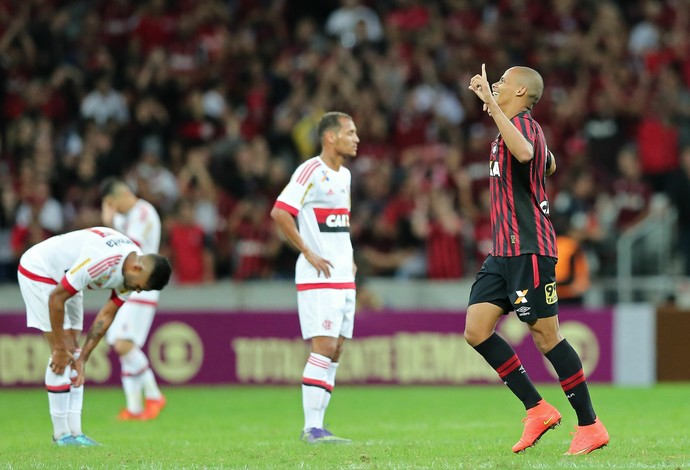 Sem resistência: jogadores do Flamengo cabisbaixos na derrota (Foto: HEULER ANDREY / DIA ESPORTIVO / ESTADÃO CONTEÚDO)