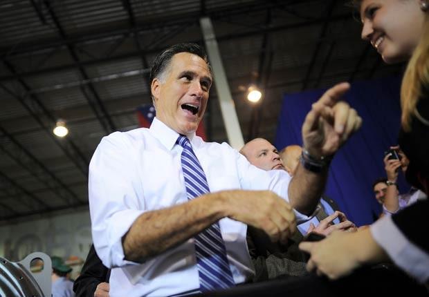 O republicano Mitt Romney saúda eleitores nesta quinta-feira (25) em Cincinnati, Ohio (Foto: AFP)