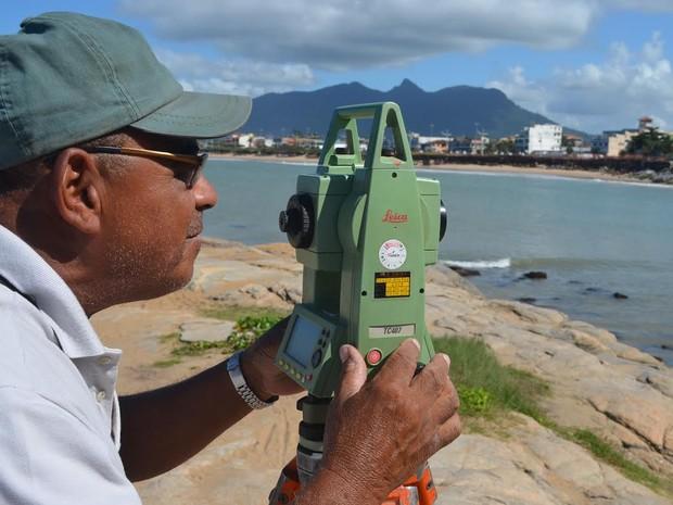 Especialista estuda avanço do mar em Rio das Ostras (Foto: Maurício Rocha / Divulgação)