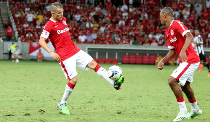 D'Alessandro e Fabrício contra o Atlético-MG (Foto: Diego Guichard)