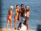 Beto Gatti, apontado como affair de Bruna Marquezine, curte praia