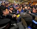 Com segurança reforçada, Tevez desembarca sorridente na China
