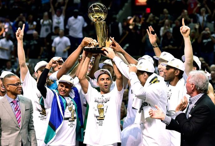 San Antonio Spurs campeão NBA taça (Foto: Reuters)
