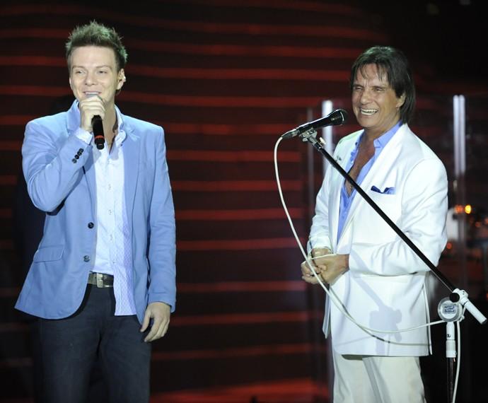 Michel Teló e Roberto Carlos no Especial de 2012 (Foto: Globo/Estevam Avellar)