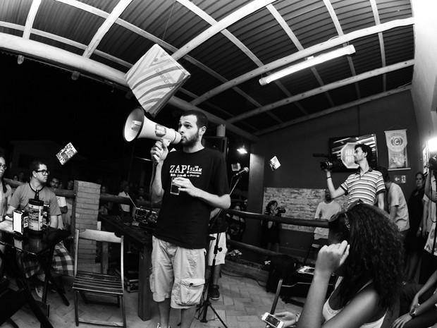 Participantes do evento declamam poesias de forma livre, em Campinas  (Foto: Márcio Salata / Divulgação )