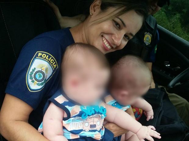 Policial cuida de gêmeos ilesos após acidente em BR de MS e se emociona (Foto: Divulgação/ PRF)