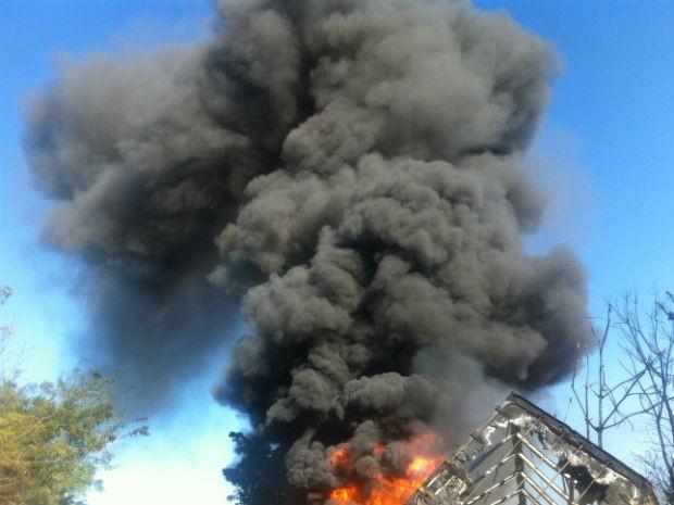 Bombeiros tiveram trabalho para controlar as chamas (Foto: Michelli Arenza/RPCTV)
