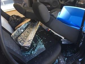 Vidros e pneus do veículo foram danificados em Presidente Prudente (Foto: Stephanie Fonseca/G1)