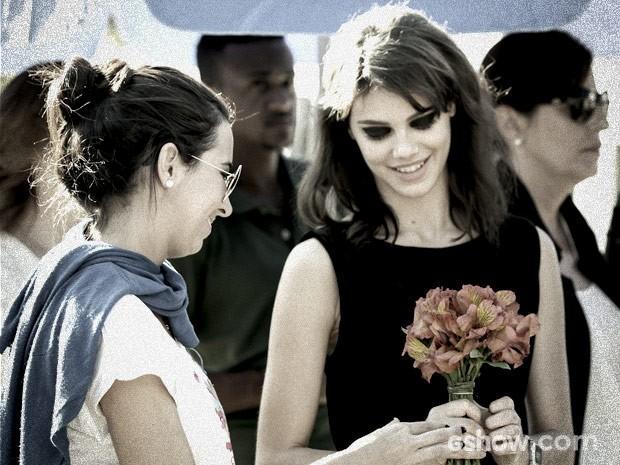 Laura Neiva recebe flores para utilizar em cena (Foto: Camila Camacho / TV Globo)