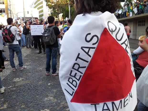 Manifestantes usam bandeiras do Brasil e de Minas Gerais em Varginha (Foto: Samantha Silva / G1)