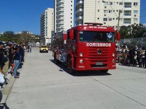 Bombeiros participam de desfile em Macaé (Foto: Júnior Costa / G1)
