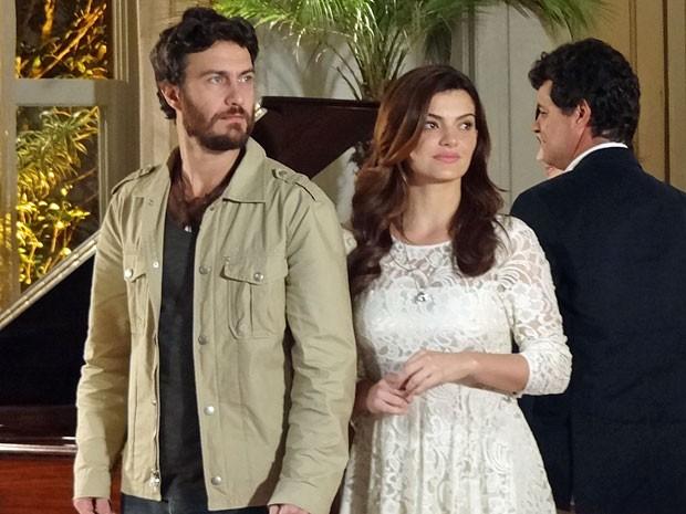 Elisa percebe que Miriam ainda mexe com Rodrigo (Foto: Amor Eterno Amor/TV Globo)