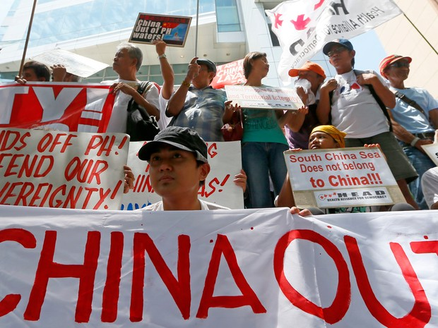 Manifestantes em Makati, nas Filipinas, fazem protesto antes da divulgação sobre a decisão sobre o Mar do Sul da China nesta terça-feira (12)  (Foto: Bullit Marquez/AP)