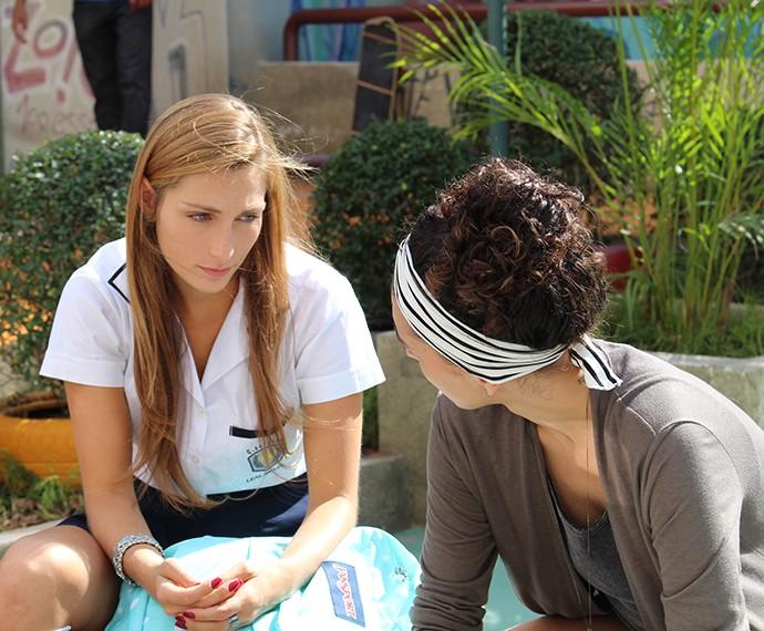 Rita pergunta se Ciça está a fim do ex-cunhado (Foto: Thaís Dias/Gshow)