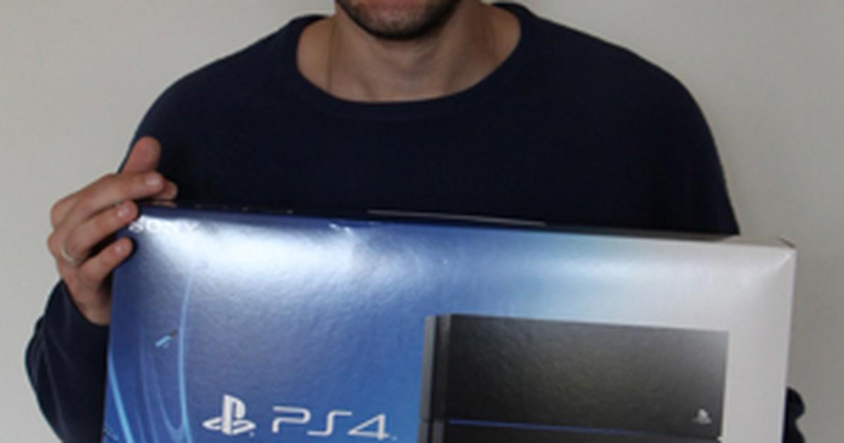 Brasileiro espera por três horas para comprar PlayStation 4 no Canadá