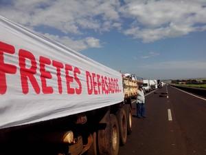 Caminhoneiros fecham rodovia pela 4ª vez em seis dias (Foto: Guilherme Tavares / TV TEM)