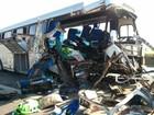 Duas pessoas morrem em acidente entre ônibus e carreta na SP-280