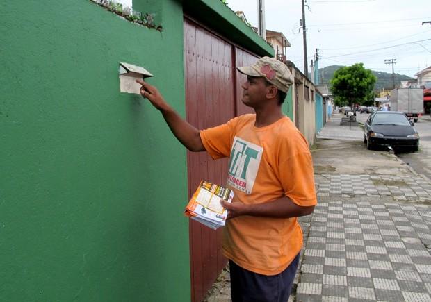 Além da panfletagem, ex-mendigo ainda faz faxinas em casas noturnas de Guarujá, SP (Foto: Anna Gabriela Ribeiro/G1)