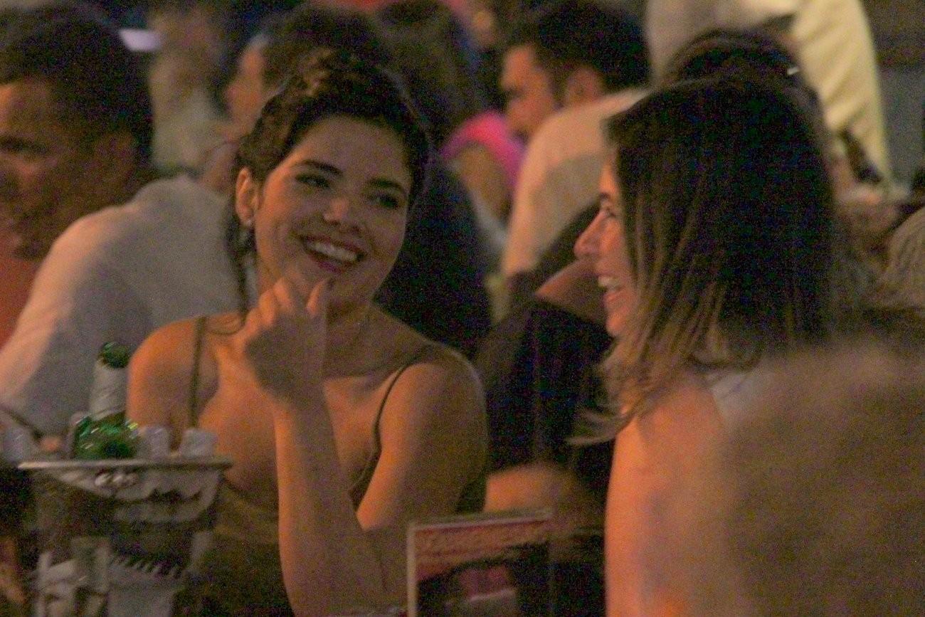 Ela conversa com amigos (Foto: Gabriel Rangel/ AgNews)